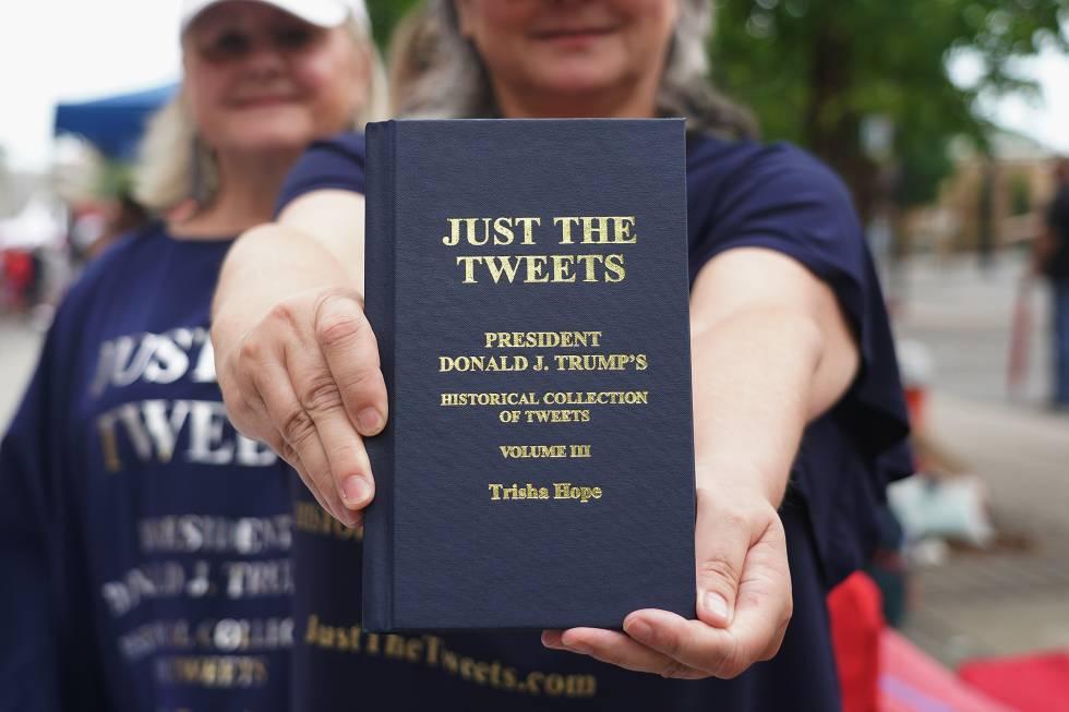 Lo tuits de Donald Trump están siendo editados en papel y con apariencia e santas escrituras. Aquí, una seguidora del Presidente de EE UU exhibe el tercer volumen en Tulsa, Oklahoma.