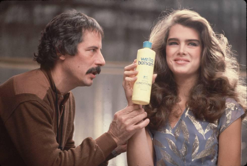 Brooke Shields se convirtió en un ídolo tras el éxito de 'El lago azul'. En esta imagen de 1980 participa en una campaña de champú.
