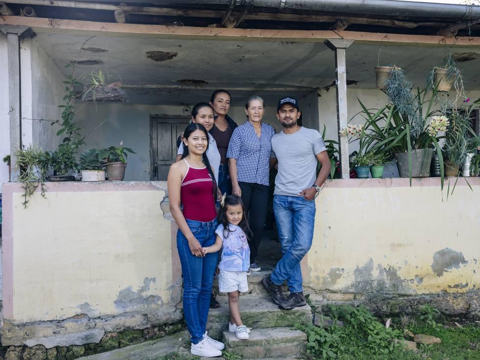 La familia Hernández, en la Finca Los Nogales (Pitalito).