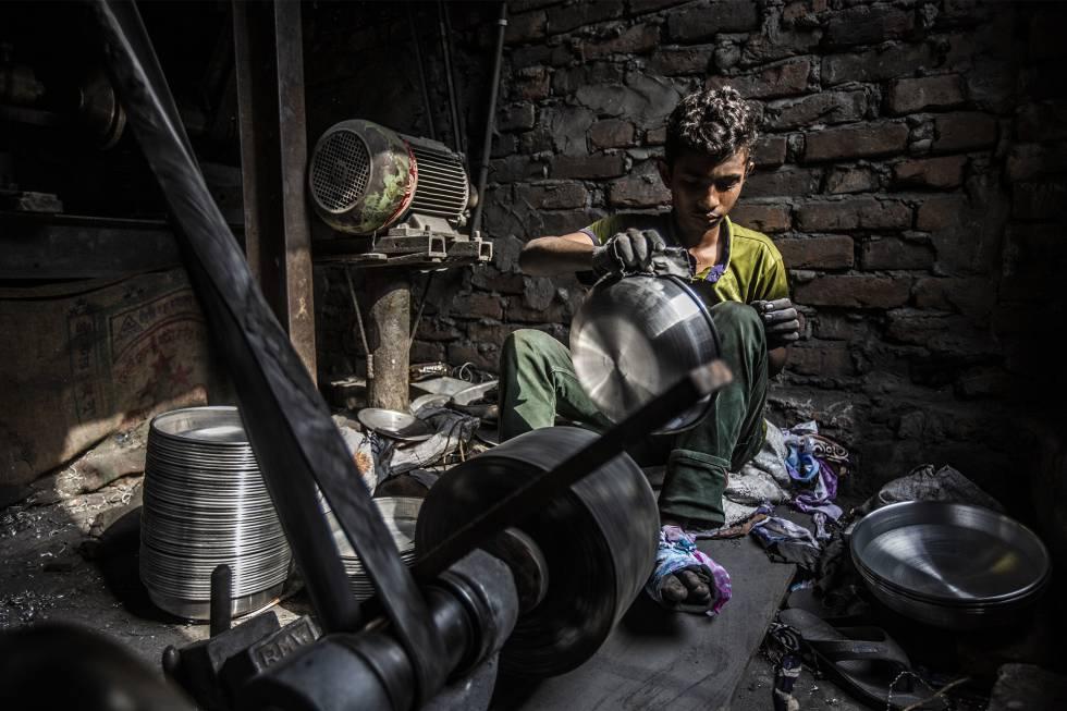 Aslam, 16 años. Trabaja torneando cacerolas de aluminio durante 11 horas los 365 días del año por unos 18 dólares al mes.