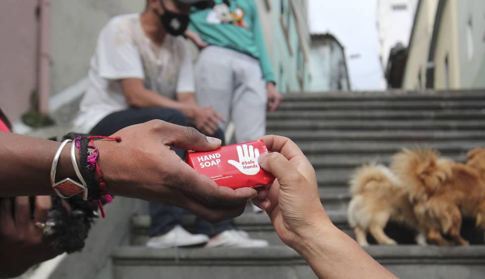 Gracias a la vinculación de una ONG, los voluntarios pueden llevar artículos para evitar el contagio por la covid-19, como protectores faciales y jabones.