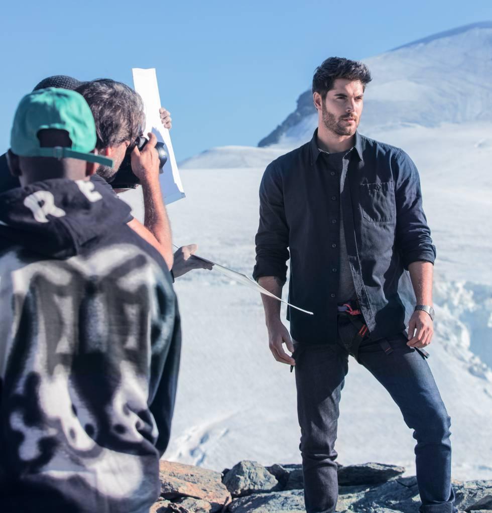 Una imagen de la producción de la campaña de Bvlgari Man Glacial Essence, firmada por Damien Krisl y el fotógrafo Chris Kolls.