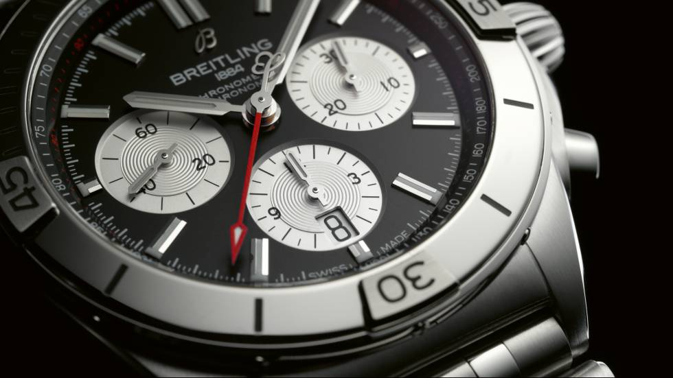 Detalle del nuevo Breitling Chronomat B01 42 con esfera negra e índices plateados en contraste.
