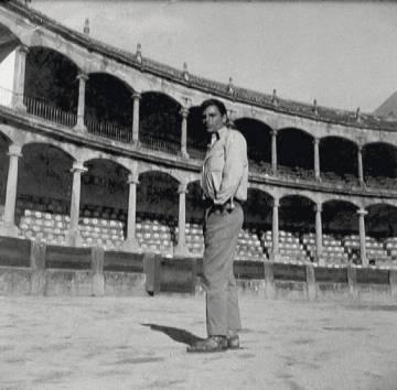 El escritor Juan Marsé, en la plaza de toros de Ronda durante este viaje en 1962