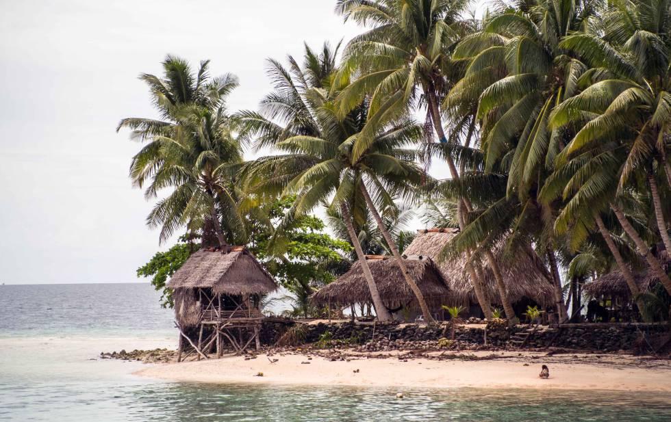 Vivienda familiar de Kapingamarangi, la cabaña aislada sobre la zona inundable por la marea, es el retrete.