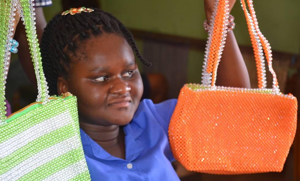 """Joyce, otra joven con ceguera, realiza manualidades con abalorios mientras explica cómo hace frente al nuevo coronavirus. """"Cuando acabe de aprender, quiero ser profesora"""", confía."""
