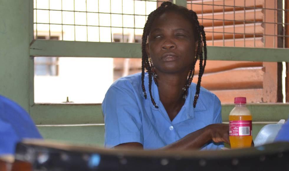 Dina, una mujer ghanesa con ceguera, aprende oficios manuales en un centro de formación de invidentes en Accra, la capital del país. Unas 250.000 personas en este país africano son ciegas. José Ignacio Martínez