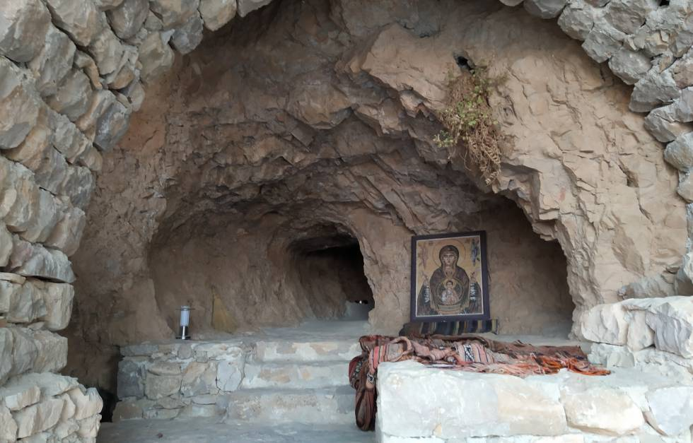 Altar improvisado en una de las cuevas naturales que pueblan el valle del monasterio, actualmente empleada como lugar de meditación.