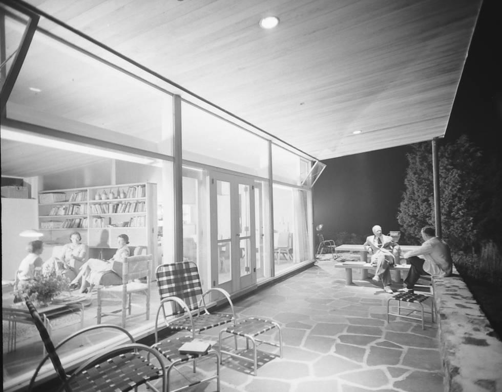 Varias personas reunidas en la casa de Marcel Breuer en 1950.