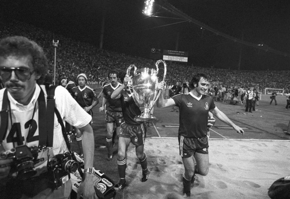 Larry Lloyd, jugador del Nottingham, celebrando la Copa de Europa que el equipo ganó en Múnich en 1979.