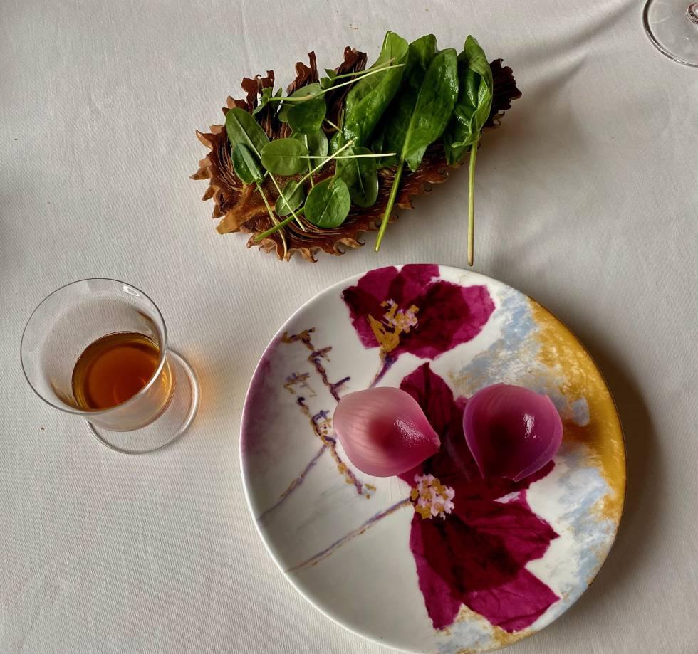 Pétalos de cebolla con ensalada de acederas y vasito de escabeche madre. J.C. CAPEL
