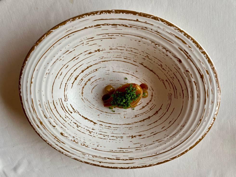 Cebollas con caldo de setas y cebollino. J. C, CAPEL