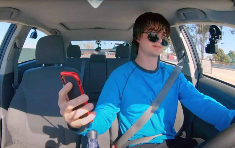 El personaje que interpreta Joe Keery en la película 'Spree' coloca cámaras en su coche y graba cómo asesina a sus clientes: 'influencers', informáticos de 'ted talks' y humoristas famosos.