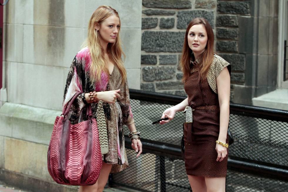 Blake Lively y Leighton Meester interpretaban a Serena y Blair en la serie 'Gossip Girl', el antecedente más evidente del realismo de móvil.