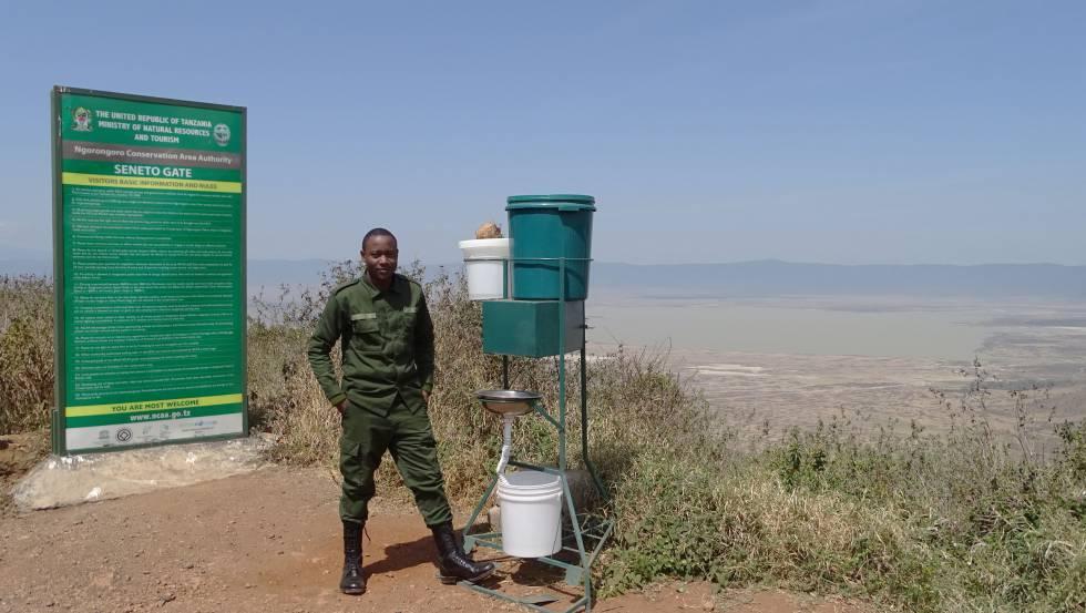 Sistema de lavamanos e higienización frente a la Covid-9 instalado a la entrada de todos los parques tanzanos, en este caso, en el del cráter del Ngorongoro.
