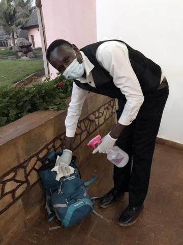 Desinfección de mochilas a la entrada del Farm of Dreams Lodge.