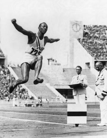 Jesse Owens ganó el oro salto en los Juegos Olímpicos de 1936 celebrados en Berlín.