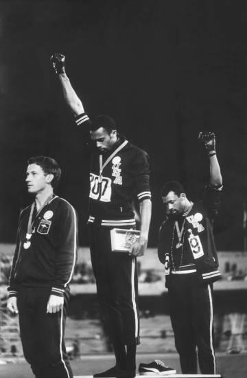 Tommie Smith (en el centro) y John Carlos (a la derecha), primero y tercero respectivamente en los 200 metros lisos de los Juegos Olímpicos de 1968, aprovecharon la ceremonia de entrega de medallas para lucir guantes negros en solidaridad con los Black Panthers.