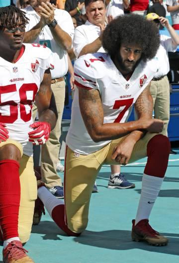 El jugador de fútbol americano Colin Kaepernick arrodillado durante el himno de Estados Unidos en un acto de protesta en 2016.
