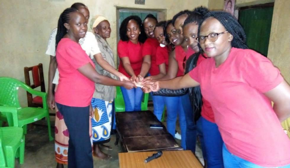 Las miembros de la chama Adorable Moms visita a la madre de una de ellas, en el condado keniano de Machakos, para entregarle una cantidad de dinero que entre todas juntas reúnen mensualmente. El mes siguiente, visitarán a otra familia.