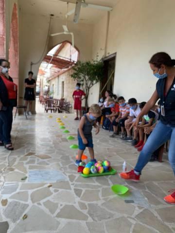 Actividades de juego que organiza la ONG libanesa Offrejoie en el barrio de Karantina.