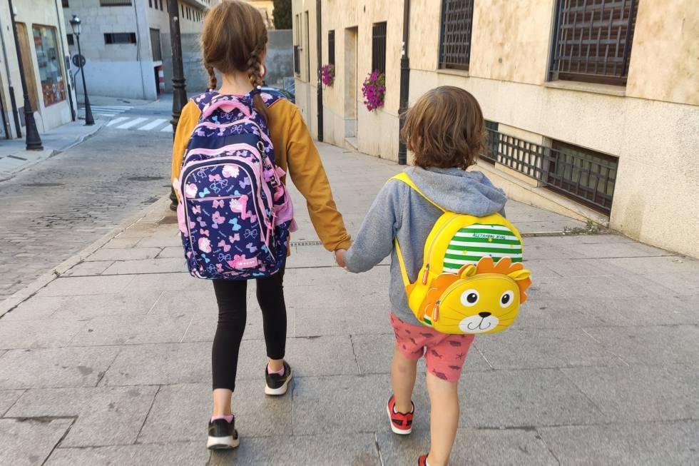 Dos niños acuden al colegio en Salamanca.rn