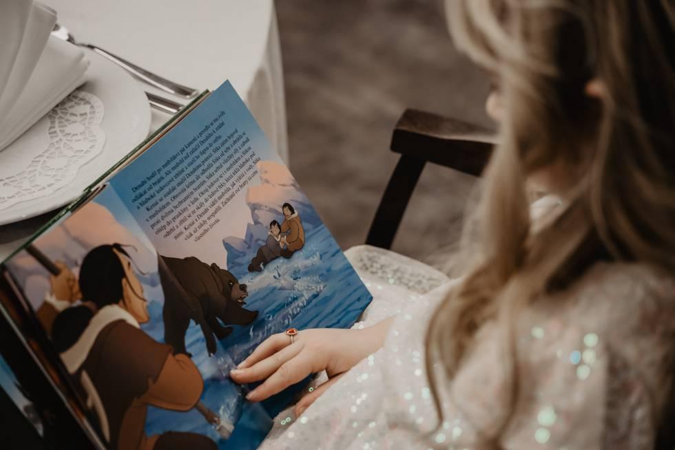 Una niña lee un cuento.