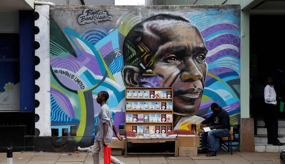 Un hombre pasea junto a un graffiti con el poseedor del récord mundial de maratón de Kenia Eliud Kipchoge en una avenida en el centro de Nairobi, Kenia. rn