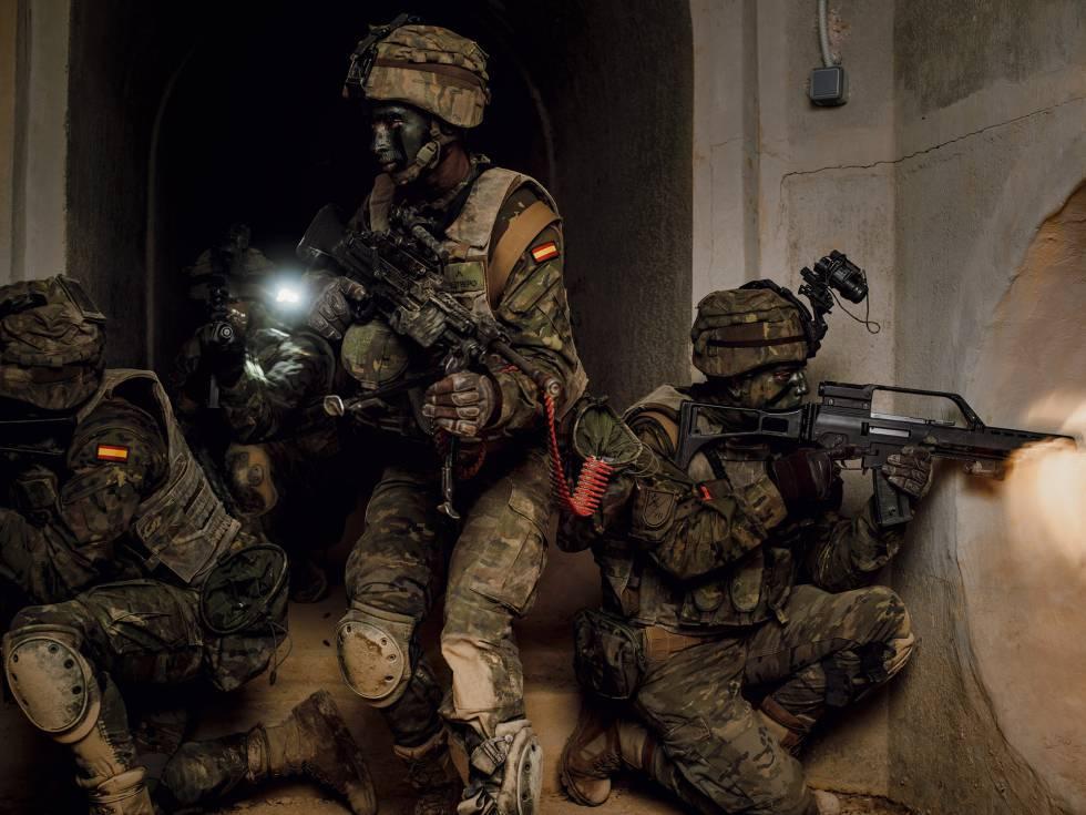 Legionarios, durante un entrenamiento de combate urbano en la base de Viator (Almería).