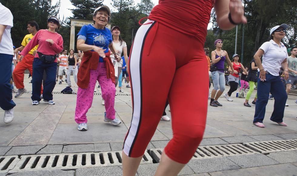 Una mujer adulta mayor sigue la clase de aeróbic en un parque de Bogotá. El envejecimiento de la población generará más personas con mala salud, pero también habrá más población mayor muy activa.