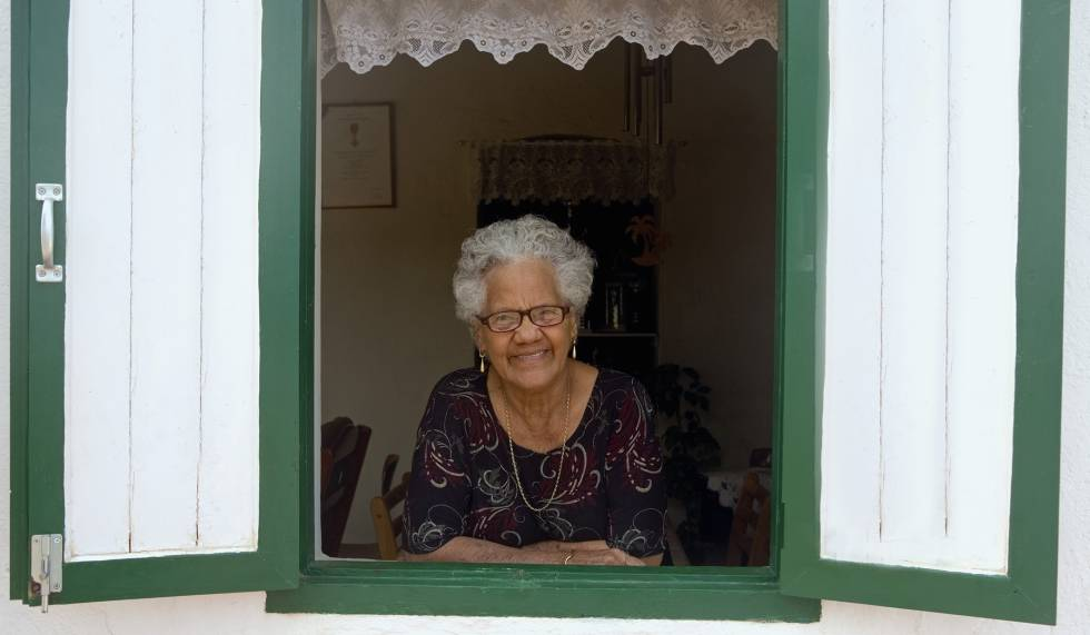 Latin America and the Caribbean remain a young region.  Only 13% of its population on average is older than 60 years.  Like this woman from Aruba.
