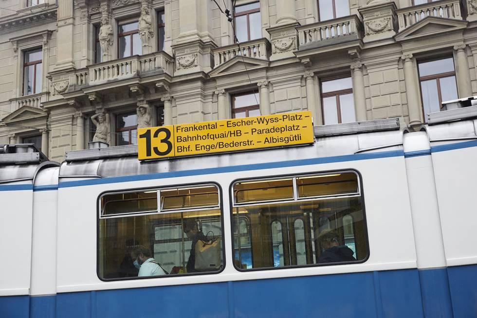 Uno de los tranvías de Zúrich, blancos con franja azul, en Paradeplatz.