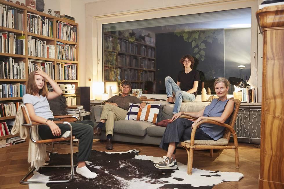 Carlos Rabinovich y Gabriela Stöckli, junto a sus dos hijos, Vera y Max, en su casa de Zúrich