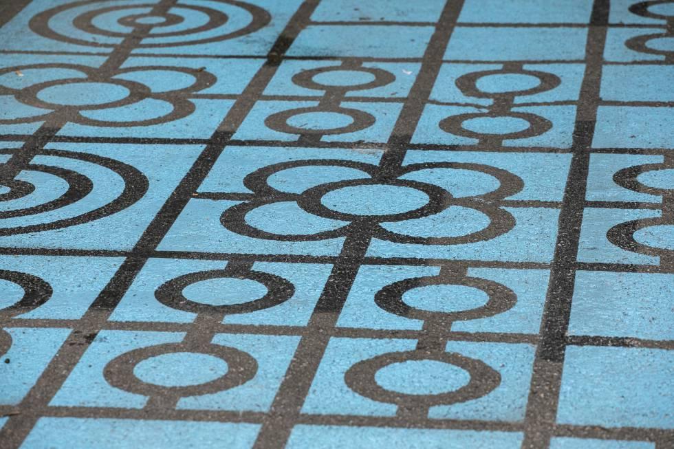 La señalética horizontal, en azul imitando el dibujo de los 'panots' clásicos de las aceras de Barcelona para indicar las zonas reservadas a la bicicleta, y en líneas diagonales amarillas, para las áreas peatonales, es una solución temporal, rápida y barata que se reemplazará por ideas permanentes con un objetivo claro: crecer en espacios para el peatón. |