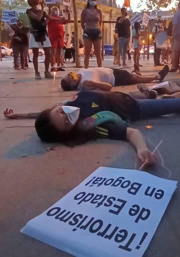 Los manifestantes, colombianos en Madrid fingen haber sido heridos. Es parte de la performance que realizaron para denunciar los abusos policiales en su país de origen el pasado sábado 12 de septiembre.