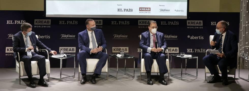 De izquierda a derecha, Josu Jon Imaz, consejero delegado de Repsol; José Aljaro, consejero delegado de Abertis; Antonio Llardén, presidente de Enagás, y Miguel Jiménez, subdirector del área de Economía y Trabajo de EL PAÍS.