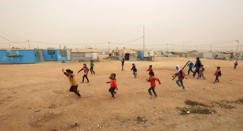 Refugiados sirios juegan durante la inauguración de una planta de energía solar en el campo de refugiados de Zaatari, Jordania, el 13 de noviembre del 2017, la mayor del mundo construida en un campamento de este tipo.