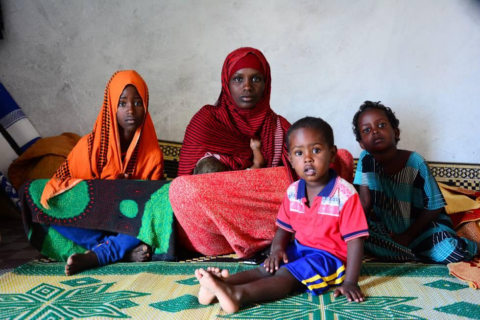 Ubah, de 33 años, posa con cuatro de sus seis hijos en el campo de refugiados de Puntland, Somalia.