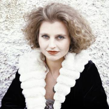 Anna Schygulla, habitual colaboradora de Fassbinder, da vida a la prostituta Eva.