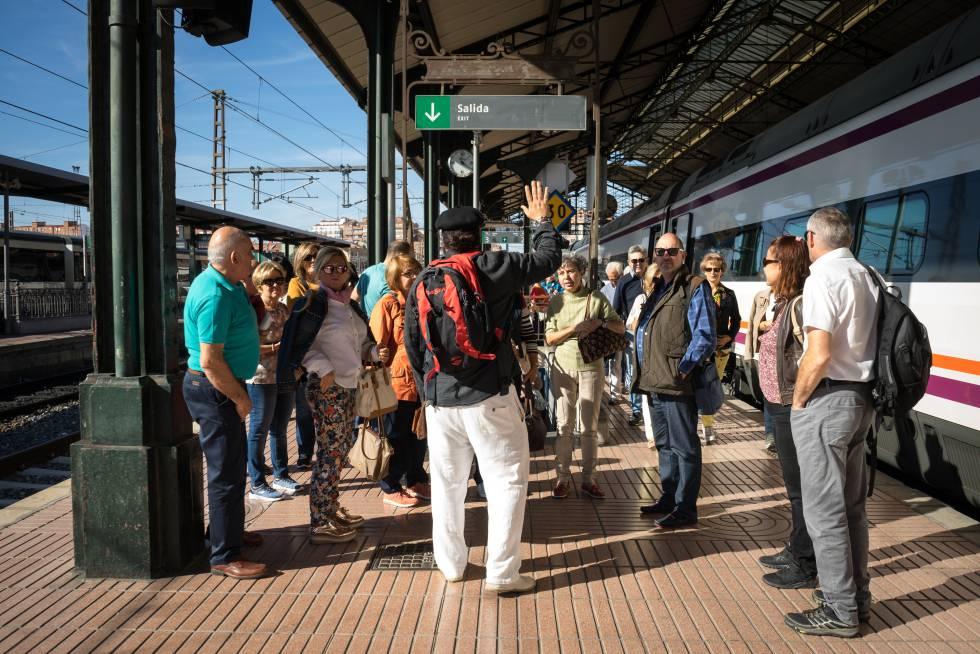 Un grupo de pasajeros acompañados por un guía listos para disfrutar el Tren del Vino.