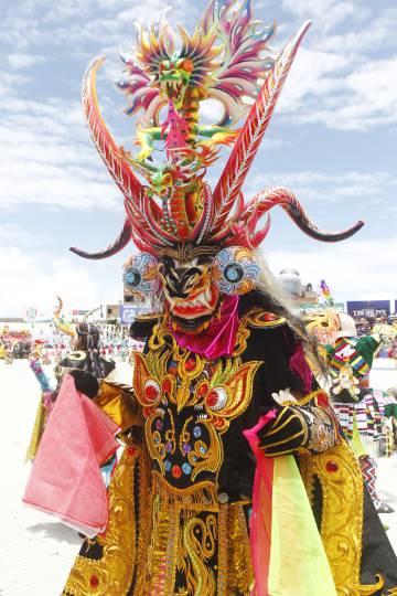 Un traje de Diablada en todo su esplendor. Consta de máscara, espaldar, coraza, pantalón y botas. Cuando la Festividad de la Virgen de la Candelaria en Perú, o el Carnaval de Oruro en Bolivia, se desarrollan de manera normal, son el alma de la fiesta.