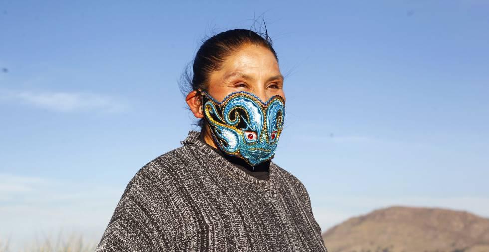 Yolanda Chambi con una de sus mascarillas ornamentales confeccionadas por ella misma para salvar los tiempos difíciles. Ha comenzado a venderlas para compensar las pérdidas que ha tenido debido a la suspensión de todas las fiestas folclóricas en Perú.