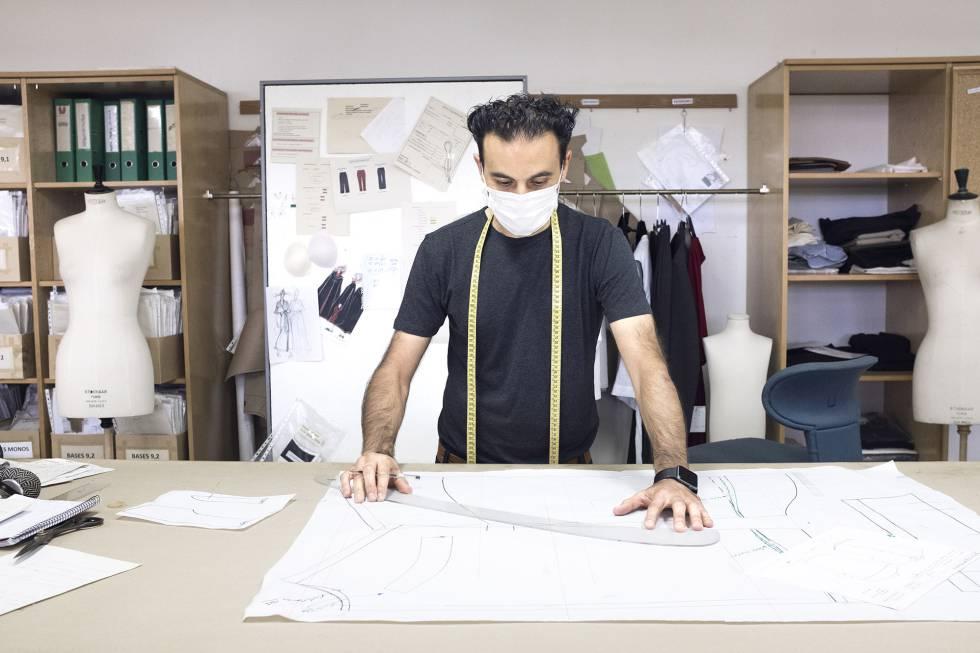 Uno de los miembros del equipo de diseño en la sede de San Cibrao das Viñas (Ourense).