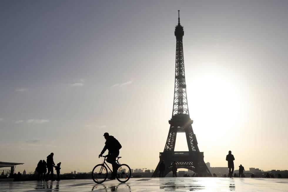 Un ciclista en París.