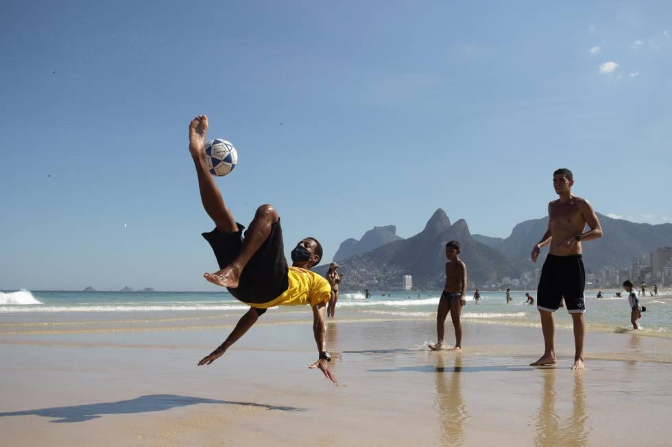 La playa de Ipanema, en Río de Janeiro, convertida en espacio de deporte.