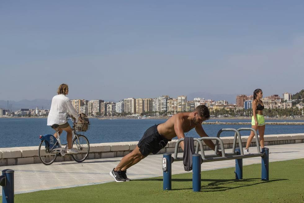Paseo marítimo de la Malagueta, en Málaga, convertido en espacio para el deporte.