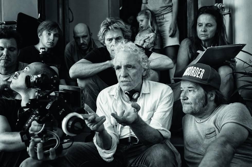 El director Abel Ferrara con parte del equipo artístico y técnico durante el rodaje de 'Tomasso'.