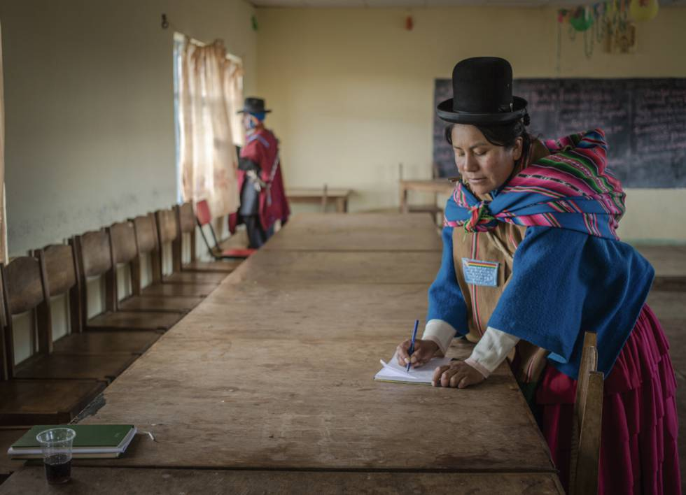 Emiliana Tapia Pinto, Uma Mallku (authority, leader or person in charge in Aymara) from Achica Bajo, in the Altiplano of Bolivia, closes the minutes.