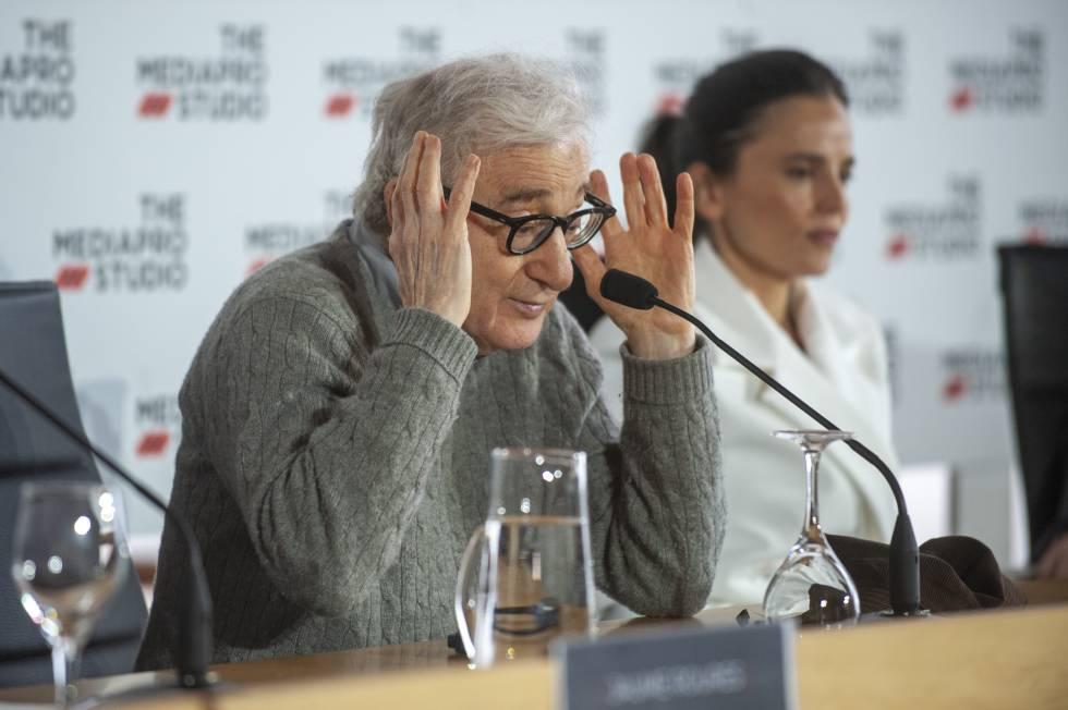 Woody Allen (con Elena Anaya al fondo) durante una rueda de prensa en San Sebastián en julio de 2019 para anunciar el rodaje de 'Rifkin's Festival', que se estrena en España hoy.