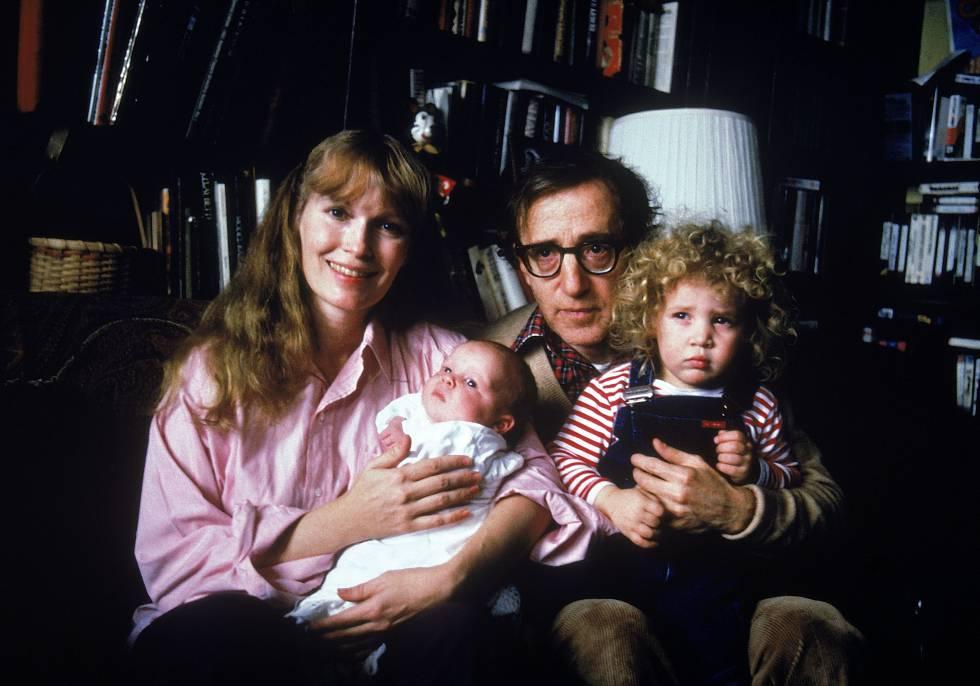 Tiempos más felices: retrato familiar de Mia Farrow, Woody Allen y sus hijos Satchel y Dylan.